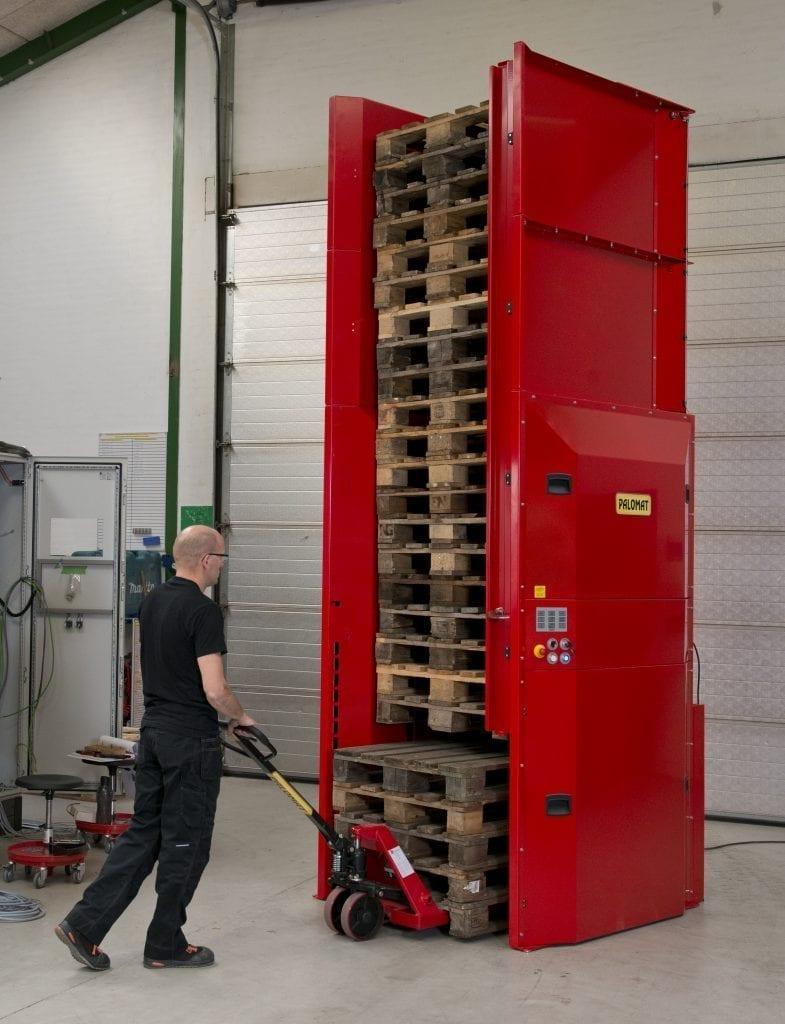 Palletautomaat voor het stapelen van lege pallets