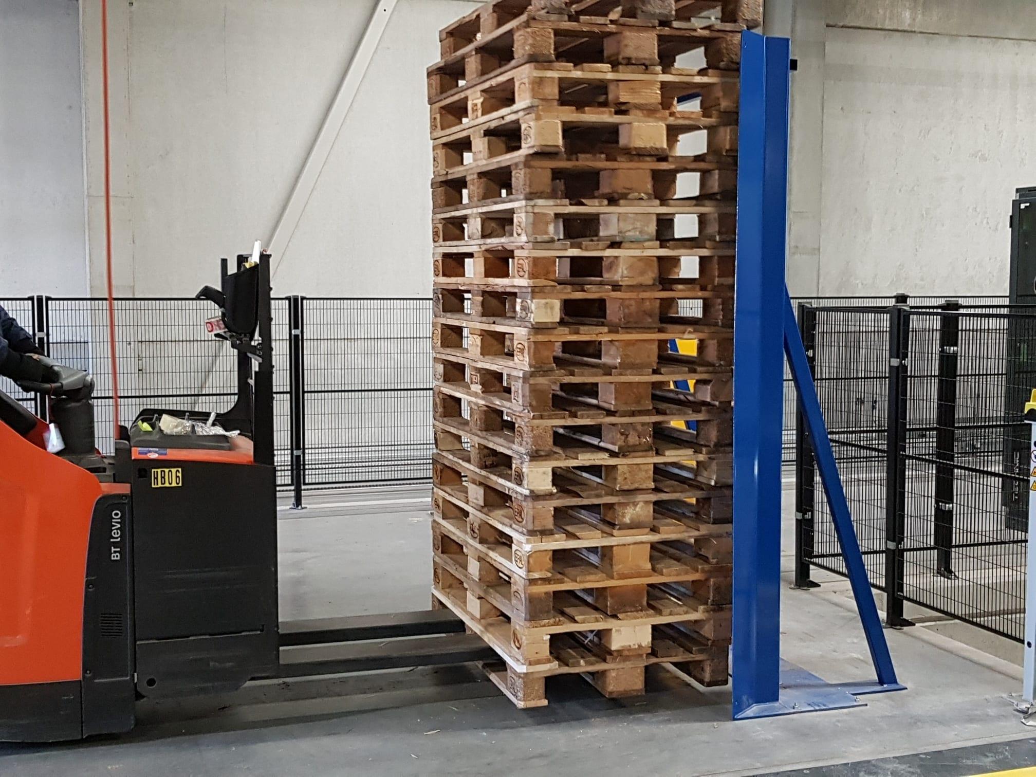 pallet stack aligner